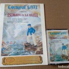 Catálogos de Música: COMPARSA ASOMADO A LA BAHIA CARNAVAL DE CADIZ 1992 CASSETTE + LIBRETO. Lote 170111128