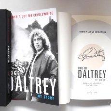 Catálogos de Música: ROGER DALTREY. FIRMADO A MANO Y NUMERADO. CERTIFICADO. MY STORY. THANKS A LOT ...EN ESTUCHE. THE WHO. Lote 194100922