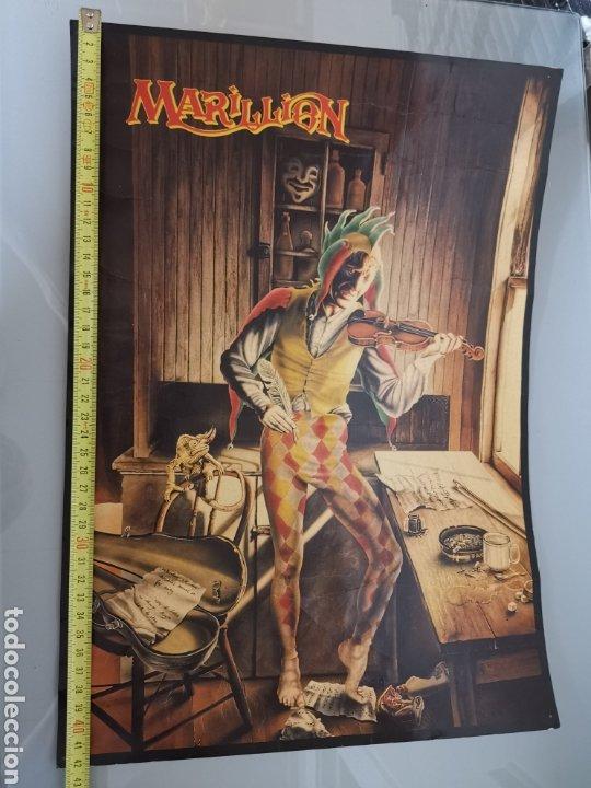 Catálogos de Música: GRAN LÁMINA PÓSTER CARTONÉ MARILLION SCRIPT FOR A JESTERS TEAR 42X30CM 1986 OFICIAL - Foto 6 - 195358443