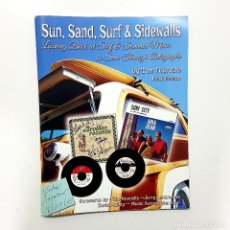 Catálogos de Música: SUN, SAND, SURF & SIDEWALLS BY TOM TOURVILLE. (USA, 2013) FIRST EDITION (SURF MUSIC). AUTÓGRAFO. Lote 196295650