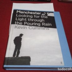 Catálogos de Música: LIBRO ( MANCHESTER: LOOKING FOR THE LIGHT THROUGH THE POURING RAIN ) 384 PP INGLÉS KEVIN CUMMINS . Lote 196810011