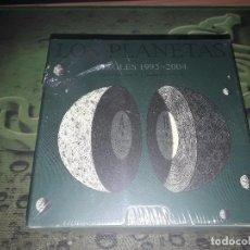 CDs de Música: LOS PLANETAS-CAJA CD SINGLES 1993-2004-22 SINGLES-EDICION LIMITADA Y NUMERADA-PRECINTADA. Lote 97519639