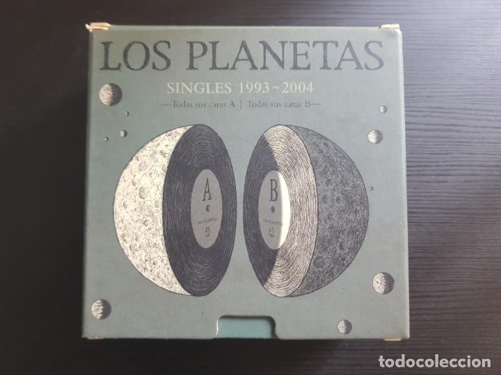 LOS PLANETAS - SINGLES 1993 - 2004 - CAJA NUMERADA 1717 - 22 SINGLES - BMG - RCA - 2005 (Música - CD's Rock)