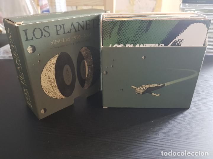 CDs de Música: LOS PLANETAS - SINGLES 1993 - 2004 - CAJA NUMERADA 1717 - 22 SINGLES - BMG - RCA - 2005 - Foto 5 - 140719862