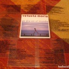 CDs de Música: VETUSTA MORLA CD + 12 MINI RADIOGRAFÍAS CON LETRAS UN DÍA EN EL MUNDO ORIGINAL 2008 LOGO PIAS. Lote 278762963