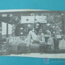 Música de colección: FOTOGRAFÍA DISC JOCKEY EN SU CABINA. FORMATO 20,5 X 12,5 CM. Lote 30788950