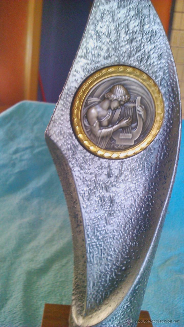 Música de colección: Trofeo de música con imagen de músico tocando el arpa.De estaño y base de madera.Sin gravar nuevo. - Foto 2 - 43979652