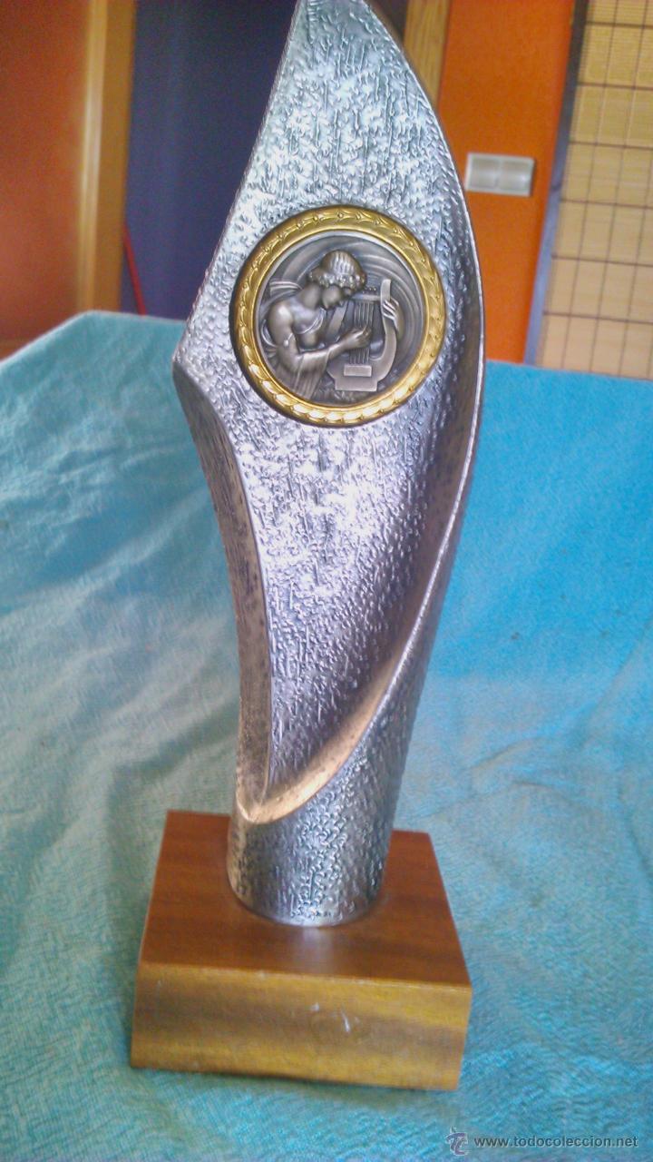 Música de colección: Trofeo de música con imagen de músico tocando el arpa.De estaño y base de madera.Sin gravar nuevo. - Foto 3 - 43979652
