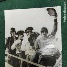 Música de colección: LÁMINA LOS BEATLES A SU LLEGADA A BARCELONA 1965 . Lote 71487895