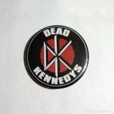 Música de colección: DEAD KENNEDYS - LOGO CHAPA 59MM (CON IMPERDIBLE) - PUNK HARDCORE. Lote 51448278