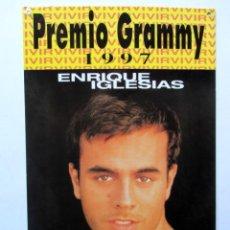 Música de colección: ENRIQUE IGLESIAS. CARTEL DE CARTÓN PROMOCIONAL DEL DISCO VIVIR. PREMIO GRAMMY 1997. 25 X 36 CMS.. Lote 128485563