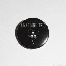 Música de colección: ALKALINE TRIO - LOGO CHAPA 31MM (CON IMPERDIBLE) - PUNK ROCK. Lote 45617843