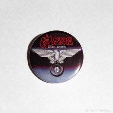 Música de coleção: SAXON - WHEELS OF STEEL CHAPA 31MM (CON IMPERDIBLE) - HEAVY METAL. Lote 222617026