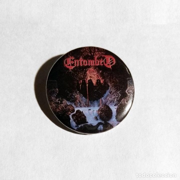 ENTOMBED - CLANDESTINE CHAPA 31MM (CON IMPERDIBLE) - DEATH METAL (Música - Varios)