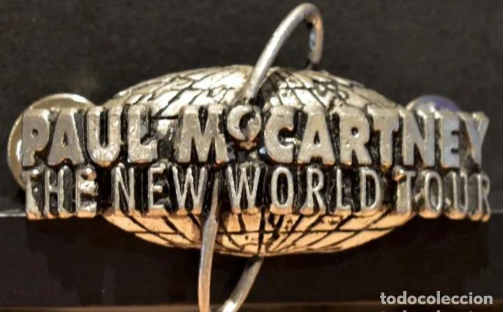 PIN METÁLICO GRANDE PAUL MCCARTNEY BEATLES THE NEW WORLD TOUR 1993 BEATLES OFICIAL MPL (Música - Varios)