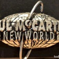 Música de colección: PIN METÁLICO GRANDE PAUL MCCARTNEY BEATLES THE NEW WORLD TOUR 1993 BEATLES OFICIAL MPL. Lote 176161625