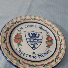 Música de colección: PLATO RECUERDO CORAL ROURE A CAYETANO RENOM. Lote 180255628