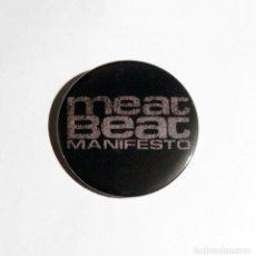 Música de colección: MEAT BEAT MANIFESTO - LOGO CHAPA 59MM (CON IMPERDIBLE) - ELECTRONICA INDUSTRIAL. Lote 222512358