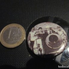 Música de colección: CHAPA 32 MM LOS NIKIS - LA HORMIGONERA ASESINA. Lote 221390298