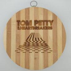 Música de colección: TOM PETTY AND THE HEARTBREAKERS / TABLA DE MADERA DE COCINA PARA CORTAR PAN O DECORAR. Lote 230359445