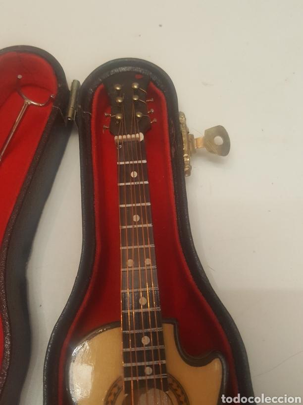 Música de colección: Miniatura guitarra española de 18 cms con peana y estuche - Foto 2 - 236996060