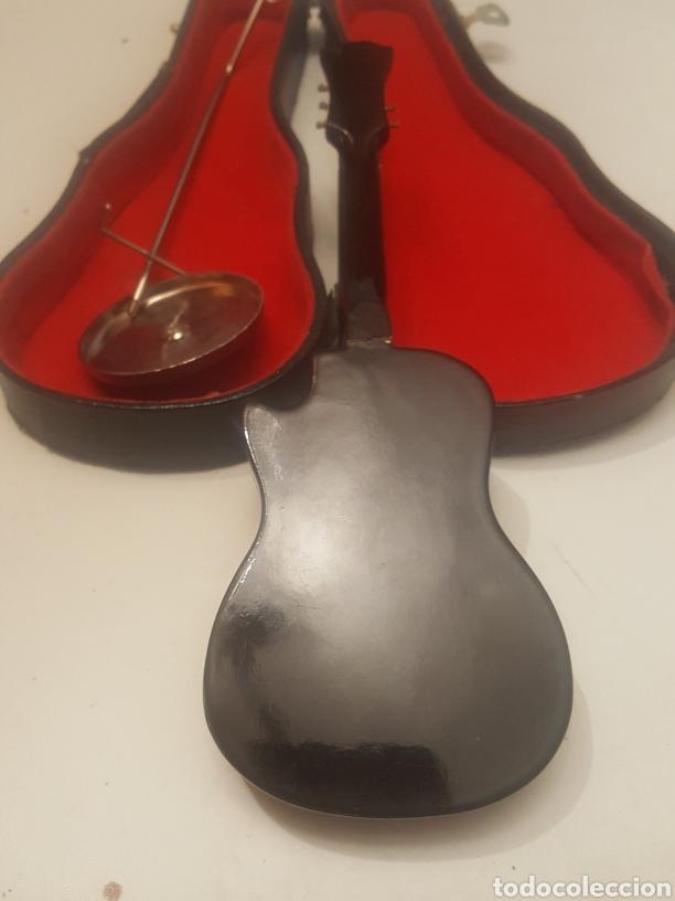 Música de colección: Miniatura guitarra española de 18 cms con peana y estuche - Foto 3 - 236996060