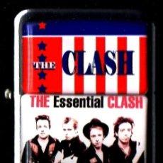 Musica di collezione: THE CLASH. THE ESSENTIAL CLASH. MECHERO. ENCENDEDOR. GASOLINA. REPLICA. ZIPPO. ROCK. PUNK. NUEVO.. Lote 259923980