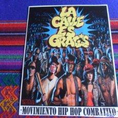 Música de colección: CARTEL LA CALLE ES GRATIS, MOVIMIENTO HIP HOP COMBATIVO. THE WARRIORS. 18,5X14,5 CMS. MUY RARO.. Lote 287021358