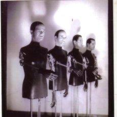 Fotos de Cantantes: KRAFTWERK FOTO FOTOGRAFIA PRENSA GIRA ROBOTS ESPAÑA AÑO 1991. Lote 41904933