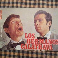 Fotos de Cantantes: POSTAL LOS HERMANOS CALATRAVA DISCOS VERGARA...AUTOGRAFIADA. Lote 42737107