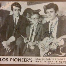 Fotos de Cantantes: FOTOGRAFÍA ANTIGUA DEL GRUPO LOS PIONEER'S FIRMADA Y DEDICADA. AÑOS 60. RAREZA!!. Lote 48724180