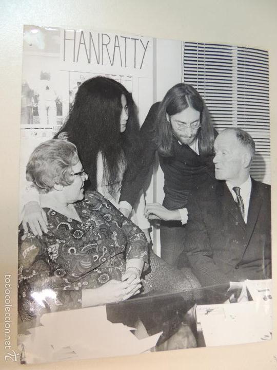 INTERESANTE FOTO ORIGINAL PRENSA JOHN LENNON Y PADRES ALFRED Y JULIA YOKO ONO AÑOS 70 BEATLES (Música - Fotos y Postales de Cantantes)