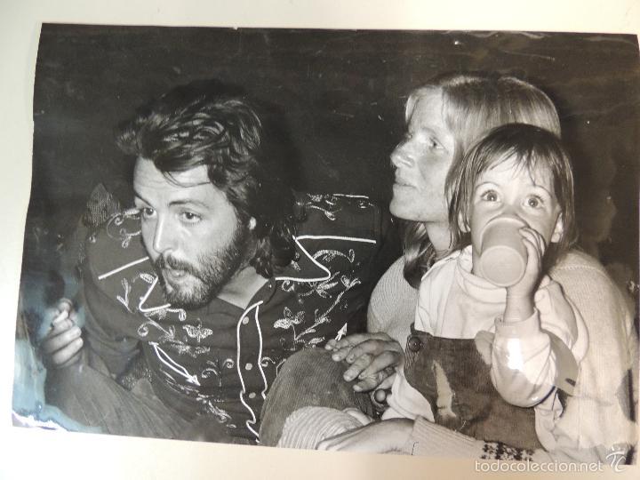 INTERESANTE FOTO ORIGINAL PRENSA PAUL MCCARTNEY LINDA IN MICK JAGGER'S WEDDING PARTY AÑOS 70 BEATLES (Música - Fotos y Postales de Cantantes)