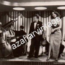 Fotos de Cantantes: ANTIGUA FOTOGRAFIA DE XAVIER CUGAT Y ABBE LANE DURANTE UNA ACTUACION,155X115MM. Lote 59451135