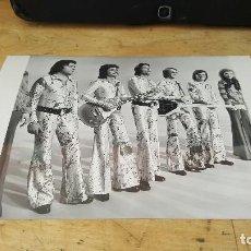 Fotos de Cantantes: FOTOGRAFIA DEL GRUPO LOS DIABLOS, SELLO TAMPON AL DORSO DE TVE, 18 X 13 CM. Lote 61460619