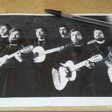 Fotos de Cantantes: FOTOGRAFIA DEL GRUPO QUILAPAYUN, FORMATO 24 X 18 CM.. Lote 61879300
