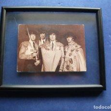 Fotos de Cantantes: CUADRO DE THE BEATLES THE BEATLES TOREROS POSTAL ORIGINAL CON CRISTAL AMBOS LADOS PDELUXE. Lote 81932552