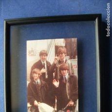 Fotos de Cantantes: CUADRO DE THE BEATLES FOTO EN ESCALERILLA AVION FOTO ORIGINAL BEATLES AÑOS 60'S EN AVION PDELUXE. Lote 81937192