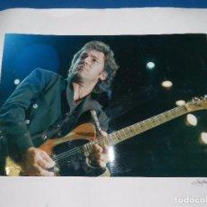 Fotos de Cantantes: (M) FOTOGRAFIA ORIGINAL DE BRUCE SPRINGSTEEN , 40 X 27 CM, FIRMADA TONY MOON. Lote 92978200