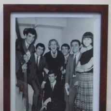Fotos de Cantantes: FOTOGRAFIA DE LOS MUSTANG JUNTO A GIORGIE DANN Y MARY SANTPERE. Lote 96743095