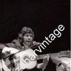 Fotos de Cantantes: ESPECTACULAR FOTOGRAFIA DE CAMARON DE LA ISLA CANTANDO Y TOCANDO LA GUITARRA,150X230MM. Lote 100736287