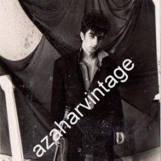 Fotos de Cantantes: SEVILLA, 1987, FOTOGRAFIA ORIGINAL DE ANDRES HERRERA, PAJARO, GUITARRISTA DE SILVIO, RARISIMA. Lote 102785815