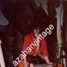Fotos de Cantantes: SEVILLA, 1987, FOTOGRAFIA ORIGINAL DE ANDRES HERRERA, PAJARO, GUITARRISTA DE SILVIO, RARISIMA. Lote 102968191