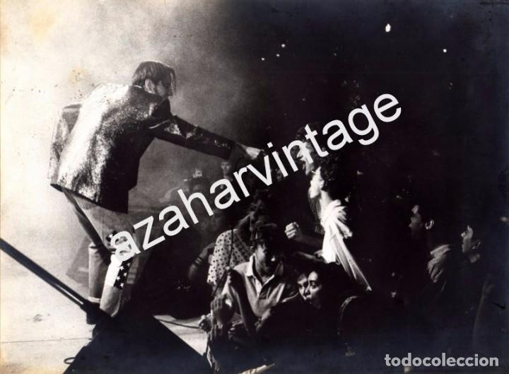 SEVILLA, INEDITA FOTOGRAFIA DEL GRUPO DULCE VENGANZA, RARISIMA, 240X180MM (Música - Fotos y Postales de Cantantes)