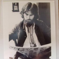 Fotos de Cantantes: FOTO ORIGINAL PROMOCIONAL BEATLES GEORGE HARRISON LEYENDO APPLE RECORDS . Lote 105790663