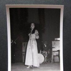 Fotos de Cantantes: FOTOGRAFIA DE MASSIEL AÑOS 60 EN UNA ACTUACION EN VALENCIA. Lote 109082243