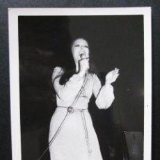 Fotos de Cantantes: FOTOGRAFIA DE MASSIEL AÑOS 60 EN UNA ACTUACION EN VALENCIA. Lote 109082783