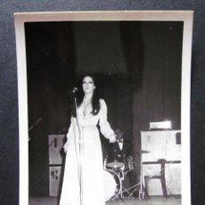 Fotos de Cantantes: FOTOGRAFIA DE MASSIEL AÑOS 60 EN UNA ACTUACION EN VALENCIA. Lote 109082859