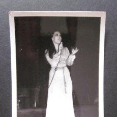Fotos de Cantantes: FOTOGRAFIA DE MASSIEL AÑOS 60 EN UNA ACTUACION EN VALENCIA. Lote 109082971