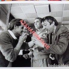 Fotos de Cantantes: SEVILLA,1991, ESPECTACULAR FOTOGRAFIA DEL ROCKERO SEVILLANO SILVIO FERNANDEZ ,25X20 CMS. Lote 109545619